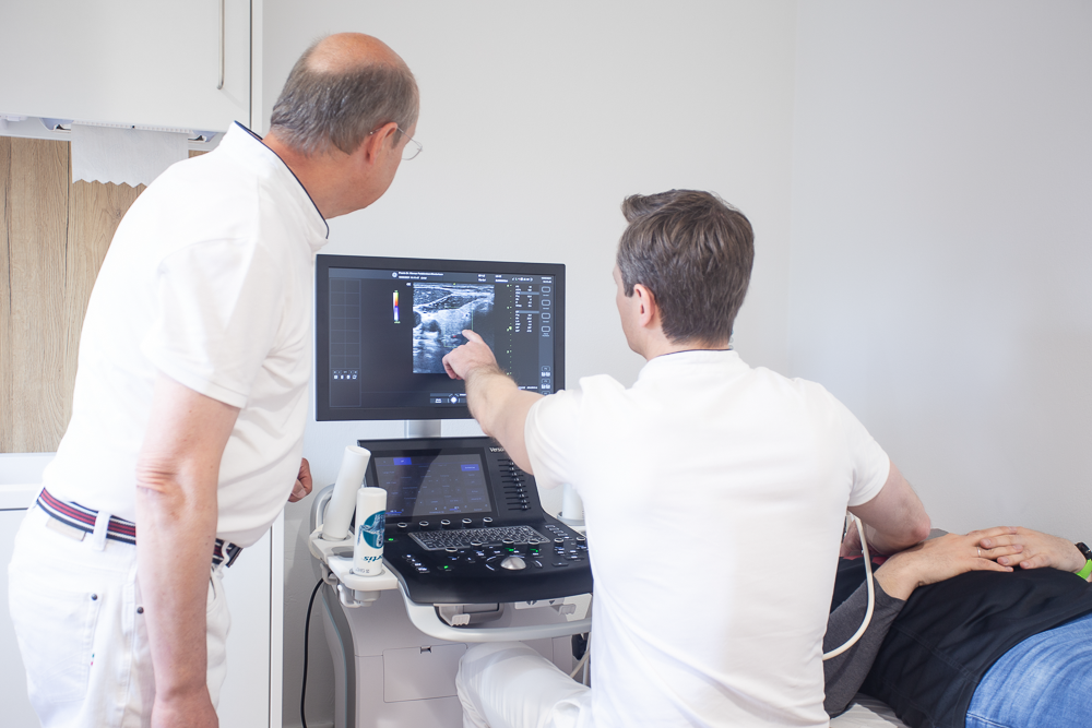 Doctors discussing an Ultrasound