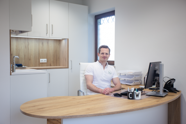 Dr. med. Christoph Werner in seinen Büro