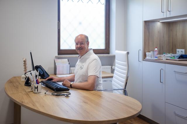 Dr. med. Michael Stacheter in seinen Büro